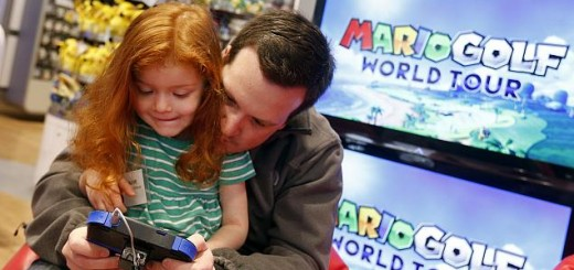 Nintendo_2DS_Showcase_father_daughter_playing_ap